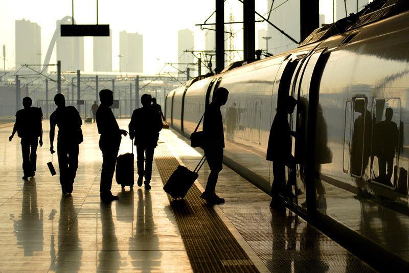 9月9日,旅客在天津西站登上高铁列车。新华社发