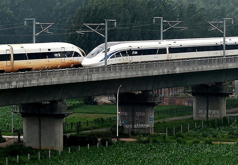 7月15日,两辆中国标准动车组在郑徐高铁上以超过420公里的时速交会,这是世界最高速的动车组交会试验。新华社记者 李安 摄