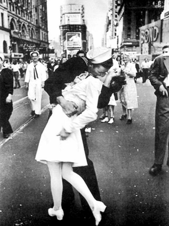 【环球网报道 记者 余鹏飞】第二次世界大战结束消息传出时,纽约时代广场万人空巷,群众热烈庆贺,一名水兵与护士忘情接吻一刻,被记者拍下,成为象征和平的经典照片。继照片中男主角麦克达菲2014年病逝之后,照片中的女主角格里塔・齐默・弗里德曼也肺炎因病去世,享年92岁。