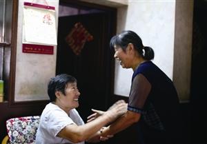 王阿姨和姐姐做爱_王阿姨握住胡阿姨(右)的手,满是感激