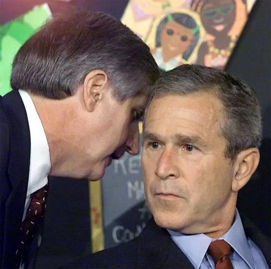 2001年9月11日,时任美国总统小布什在佛罗里达州视察一所学校时被告知世贸大厦遭恐怖袭击的消息。