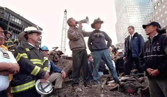 9.11事件发生后,时任总统布什来到倒塌的世贸大楼废墟上发表讲话。