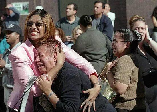 2001年9月11日,纽约街头目睹世贸大楼遭袭的民众,抱头痛哭。