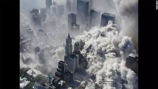 纽约世贸大楼遇袭后倒塌的场景。