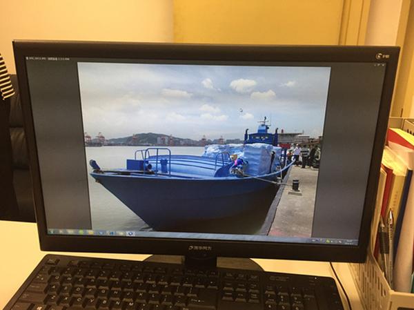 办案人员用电脑展示装载4万瓶美容针剂的走私船。 蔡岩红 图