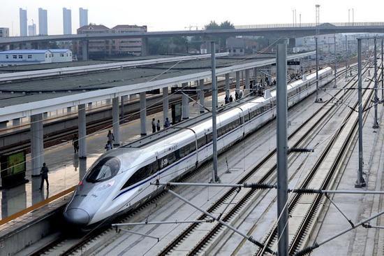 9月10日,首趟郑徐高铁动车组列车停靠在河南商丘站。(图片来源:新华社)
