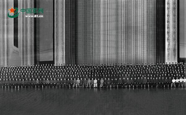 """毛主席接见""""英雄营""""全体官兵时的合影。 资料图"""