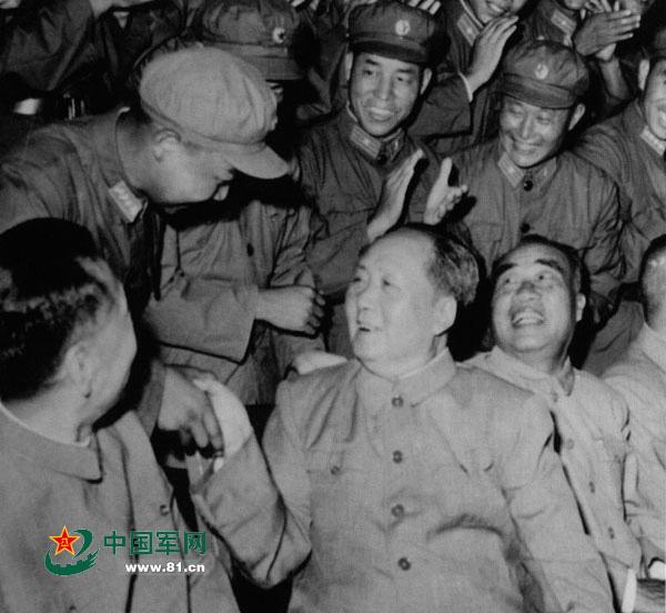 """毛主席亲切接见""""英雄营""""官兵。 资料图"""