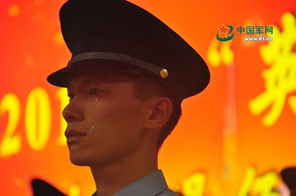 退伍仪式上老兵周飞腾流下泪水。 武千妍图