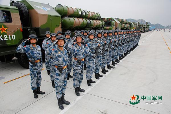"""""""英雄营""""官兵在""""9 3""""阅兵中迎接检阅。 朱姜海图"""