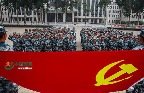 """""""英雄营""""官兵向党旗宣誓。 朱姜海图"""