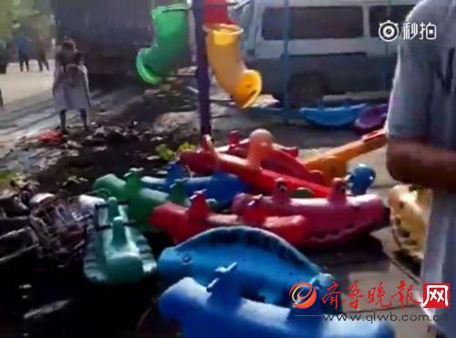 齐鲁晚报9月12日滨州讯 【滨州无棣一大货车失控冲进旁边幼儿园】9月12日上午8点多,无棣转盘西发生车祸。一辆大货车,冲进了旁边的幼儿园。具体事故原因还在调查中。