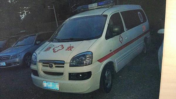 """民警在巡街时发现的""""山寨救护车""""。 本文图片均为 南京市交警五大队 供图"""