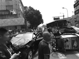 """""""猖獗名驹""""先撞货车接着又掀翻两辆三轮车"""