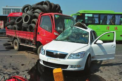 华商报讯(记者 杨托)一辆4S店未挂牌的新车上路行驶,从右侧超车时与前车刮蹭,失控后又与一辆大货车相撞,导致新车上两人死亡。
