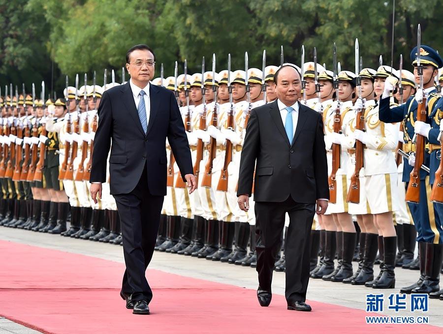 9月12日,国务院总理李克强在北京人民大会堂同来华进行正式访问的越南总理阮春福举行会谈。这是会谈前,李克强在人民大会堂东门外广场为阮春福举行欢迎仪式。