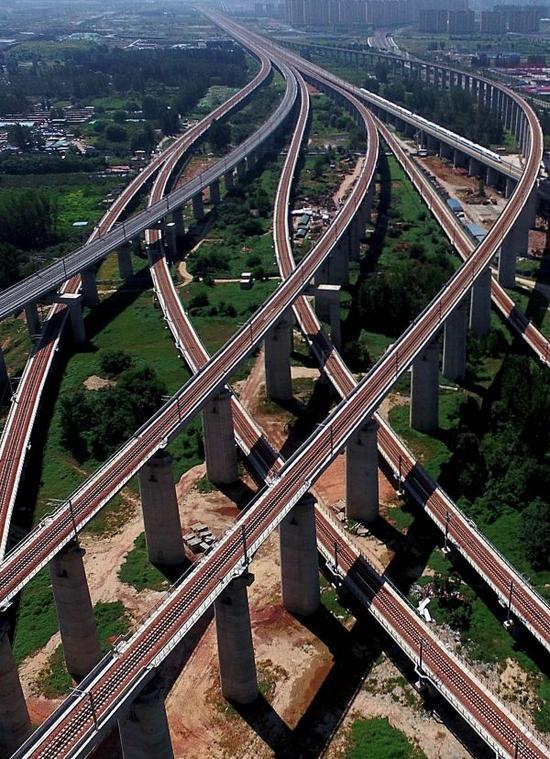 资料图片:郑州东站附近一处京广、徐兰高铁交汇的立体枢纽(9月1日摄)。新华社记者李安摄