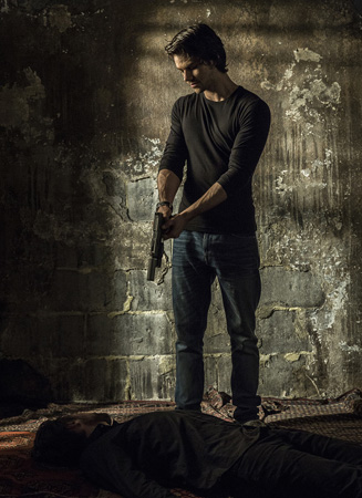 男主角迪伦-欧布莱恩身着牛仔裤持枪杀人