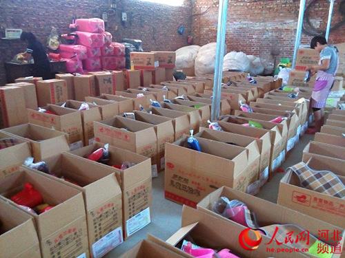 图为淘宝电商正在打包发货。平乡县扶贫办供图