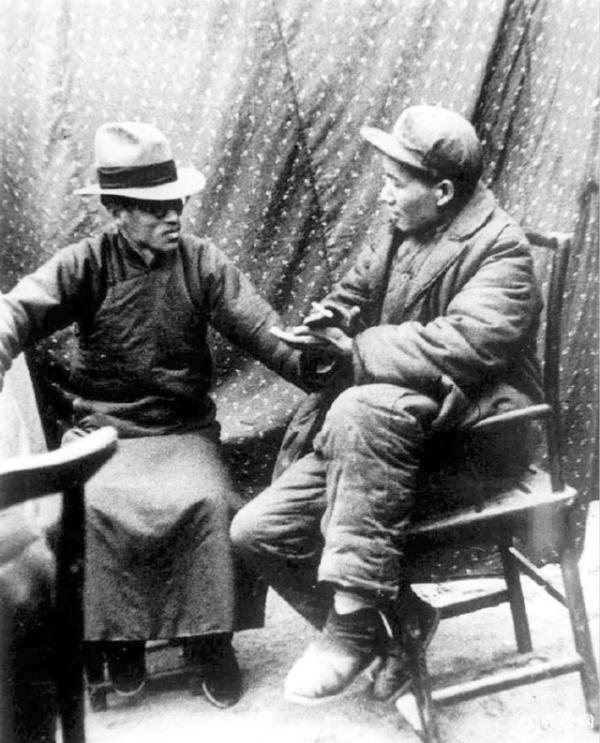 1938年,梁漱溟(左)在延安和毛泽东会谈。