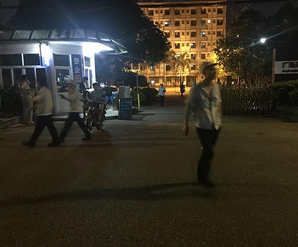 晚上8点,工人们从工厂下班,韦德聪是其中一个。 本文图片澎湃新闻记者 于亚妮 图