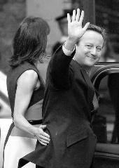 当地时间12日,英国前首相卡梅伦宣布,他将辞去英国议会下议院议员职务。他从2001年起任此职至今,并在2005年成为保守党领袖,2010年起任英国首相。