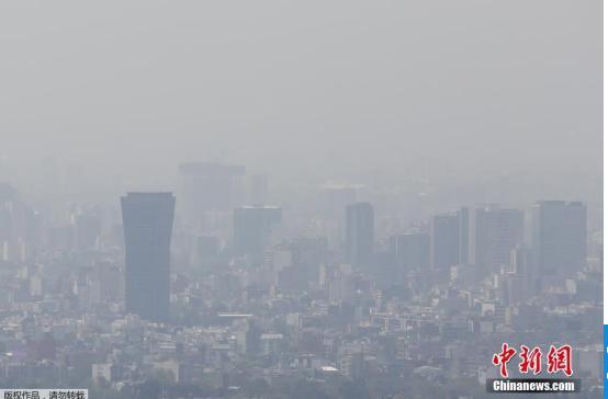 资料图:当地时间2016年3月15日,墨西哥墨西哥城空气污染严重。墨西哥城政府下令进行交通管制,建议居民尽量减少外出。墨西哥发布13年来首次臭氧水平第二高级别警报。