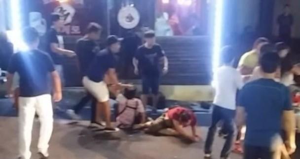 餐馆老板被扶起来,随后又倒下(图片为《朝鲜日报》援引韩国济州地方警察厅)