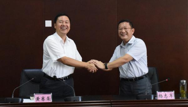 黄赛荣(左)、杨志军。