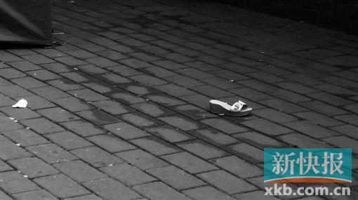 死者的一只鞋子。 新快报记者 朱烁然/摄