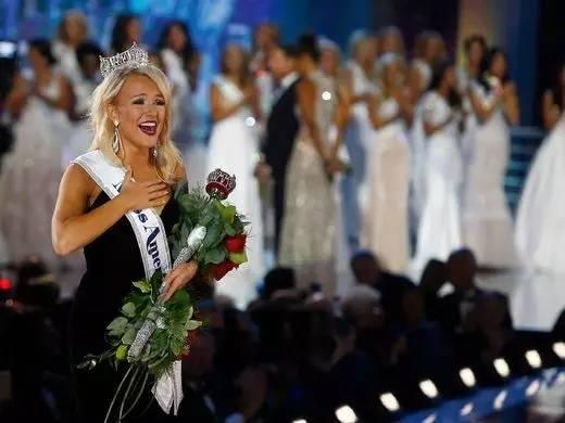希尔兹是一名21岁的大四学生,她将获得5万美元的奖学金。夺冠后的她激动得落泪。