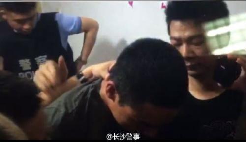 图为民警捕获犯法怀疑人杨坤霖现场