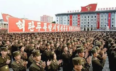 在这样盛况空前的庆祝表彰会中,朝鲜官方的公开报道中一般不会公开具体人员的姓名和照片。大多是大场景合影和远景照片,看不清人脸。