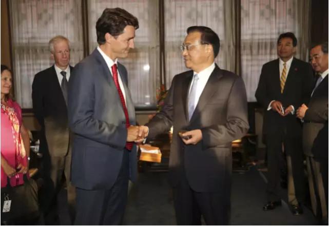 """2016年8月30日,加拿大总理特鲁多访华赠送给李克强总理一份""""准备了43年""""的特殊礼物。1973年,特鲁多的父亲、时任加拿大总理的皮埃尔·特鲁多曾特意定制了50枚古铜色的白求恩纪念章,并选取2枚作为""""加拿大总理首次访华""""的礼物,送给毛泽东主席和周恩来总理。43年后的2016年,小特鲁多 """"子承父业""""当选加拿大总理,访华时,他又将一枚当年特制的纪念章带来中国,并送给了李克强总理。此次李克强总理访问加拿大,是中国国务院总理13年来首次访加,体现了中国政府对进一步促进中加关系的重视。"""