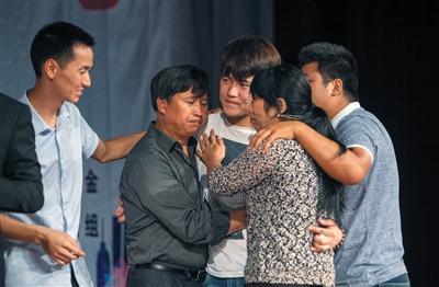 9月13日晚,深圳,认亲现场,失散19年的赖嵘嵘和父母、哥哥、姐夫见面后拥抱。