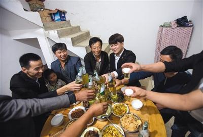 9月15日晚11点50分,毕节,赖嵘嵘和家人吃中秋团圆饭。