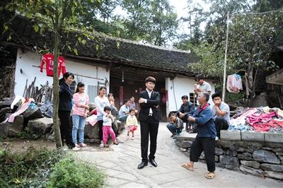9月16日,赖嵘嵘前去看望爷爷奶奶时,很多亲友前来打招呼。