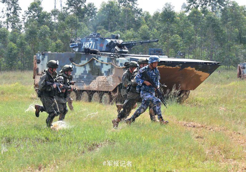 """9月14日,参加中俄""""海上联合-2016""""军事演习的双方海军陆战队员开展对模拟海岛防御之敌进攻战斗综合演练。在演练过程中,双方陆战队员协同作战,默契配合,顺利达到预期目的。"""