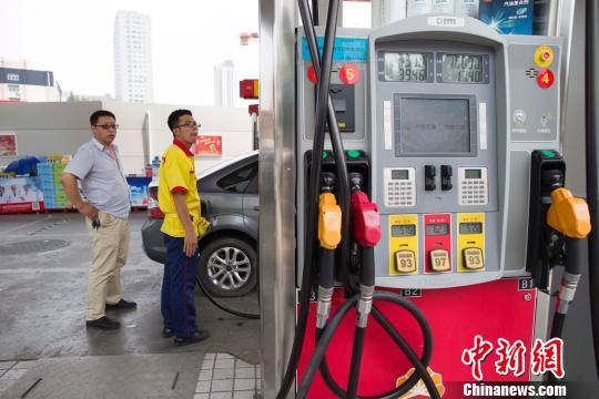 资料图:山西太原,加油站工作人员正在给车辆加油。 张云 摄