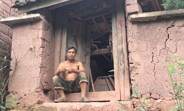 9月6日16时许,白万甲的父亲白永世坐在自家大门前吸烟。