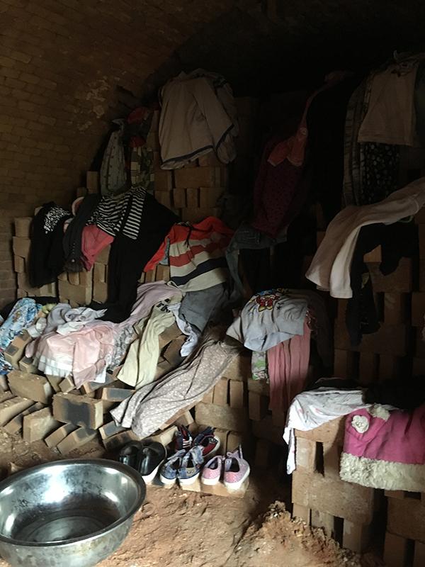 9月4日,盛恒砖厂内的此中一个砖窑,走进窑中时热烘烘的寒流劈面扑来,内里还暴晒着姑娘和小孩的衣物。