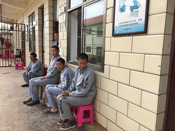 9月2日15时许,宣威市救济办理站,白万甲的5名工友,因说不还俗庭地点,今朝他们只能住在救济站。