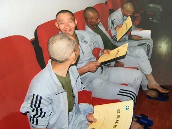 8月5日,宣威市救济办理站带被救济的智障职员到病院做通例体检,他们拿到体检陈述,除了烫坏均身材安康。