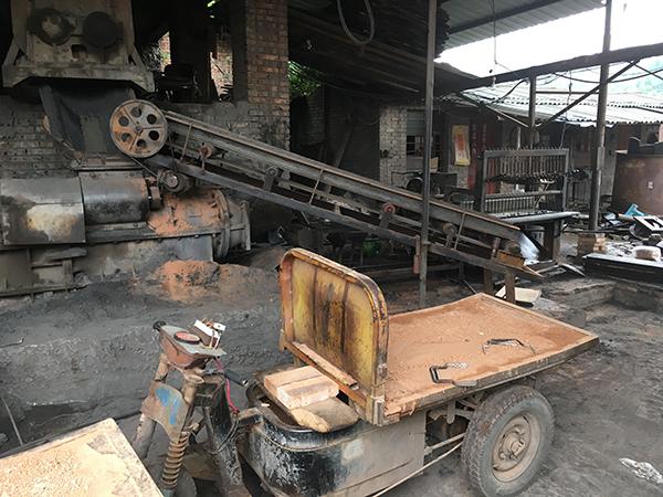 9月4日,涉事的盛恒砖厂的一辆从砖窑往外埠面拉砖的砖车和停转的机械。