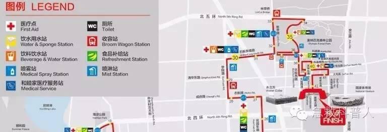 """一一我在电台里听到有人呼叫:""""37.5公里处有人倒地"""",我就立即从38公里处(这是我这次北京马拉松的保障点位)出发。很多人说是37.5,我感觉还真不是,应该是37.5和38之间,更靠近37.5的地方。因为我听见37.5公里的AED急救员一开始并没有发现这个患者,大约十几秒之后37.5处的AED急救员才赶到,但我还是坚持也赶过去,因为我怕人手不够或者设备出现意外。当我到达的时候,已经有三名医务人员在场(两名和睦家医院医务人员、一名37.5公里处的AED急救员),请看现场照片:"""