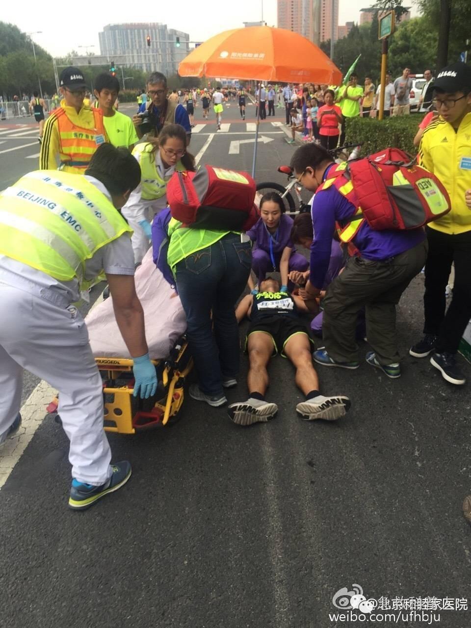 """一一这张照片(来自和睦家医院官方微博)右侧背红包的就是我,所以我敢确定的告诉你:""""患者当时没有心跳骤停!"""" 很快,也就半分钟救护车就赶到了,为什么这么快?你说为什么?因为那个APP定位到了我和37.5公里的两个AED急救员的位置了!上救护车以后,患者也没有心跳骤停,下图是救护车上的医生护士在准备给患者测量血压和做心电图。"""