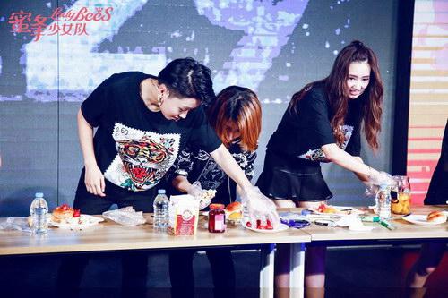 刘雨昕、关凯元、张希雅现场亲手为粉丝制作月饼