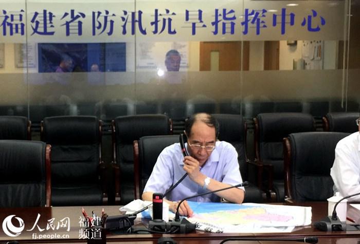 尤权14日晚再次来到省防指了解情况,并与漳厦泉三市领导通电话。詹托荣摄