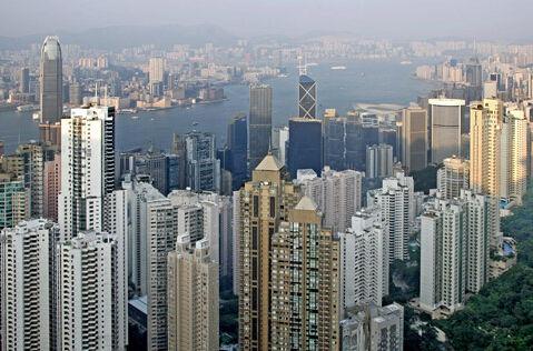 李嘉诚四年来首度出手,对香港房地产市场的情绪将有所提振。随着香港房价下降,销售放缓,很多大地产商不愿意出高价拍地了。不过,除了李嘉诚,就在 上个月,香港最大的房地产公司新鸿基地产以24亿港币的价格拍下了沙田的另一地块。这是2015年6月之后,新鸿基在香港拍下的首块住宅用地。