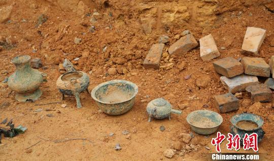 9月18日,江西省吉水县乌江镇大年夜勇村蓬下天然村挖出六件青铜器。 廖敏 摄